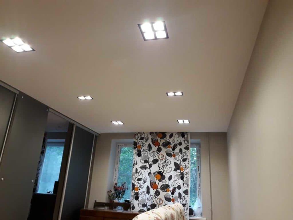 Тканевый натяжной потолок со светильниками