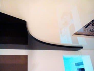 многоуровневый натяжной потолок черно-белый