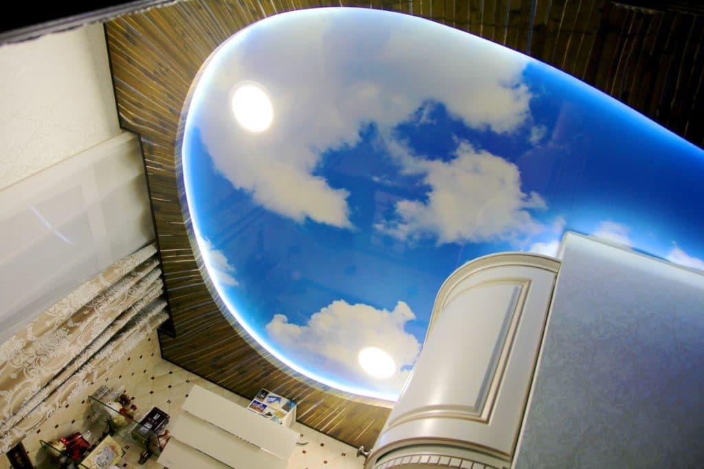 Фотопечать на натяжном потолке кухня