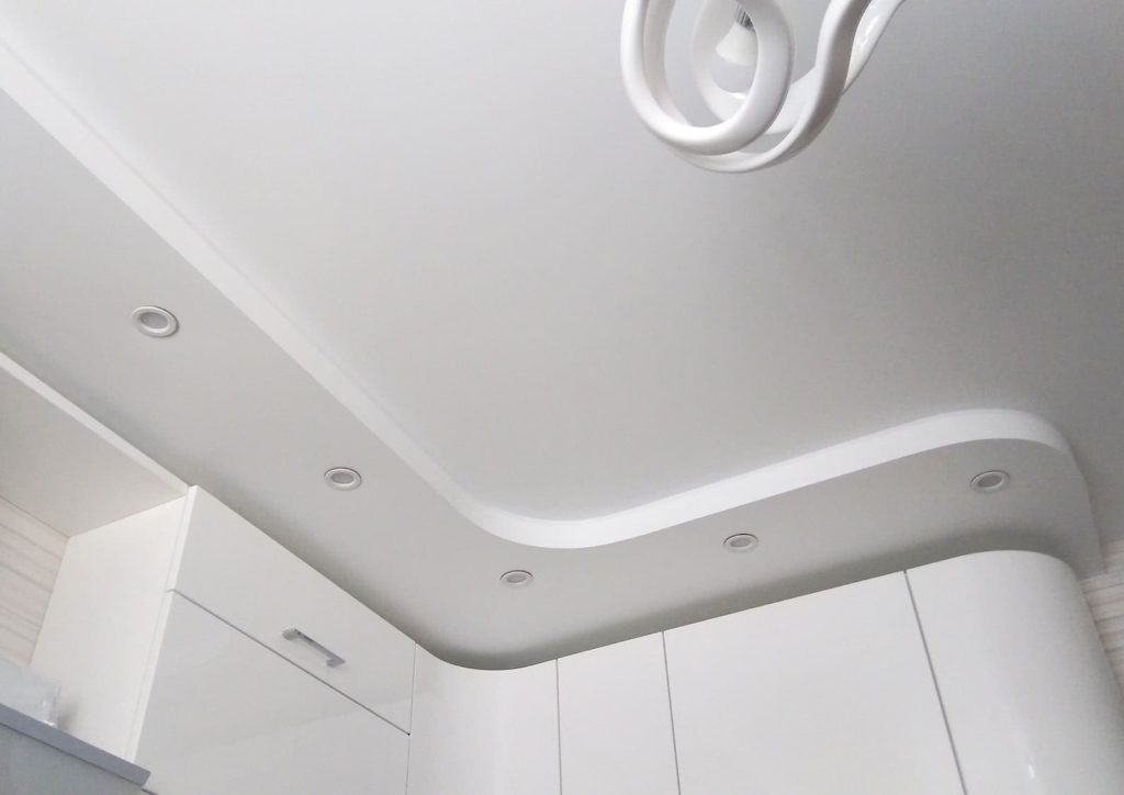 Матовый натяжной потолок белый