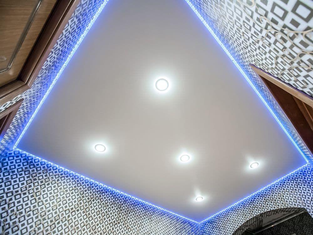 парящий потолок в ванной