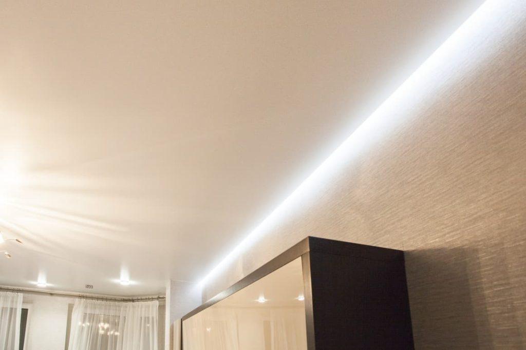 парящий потолок в комнате