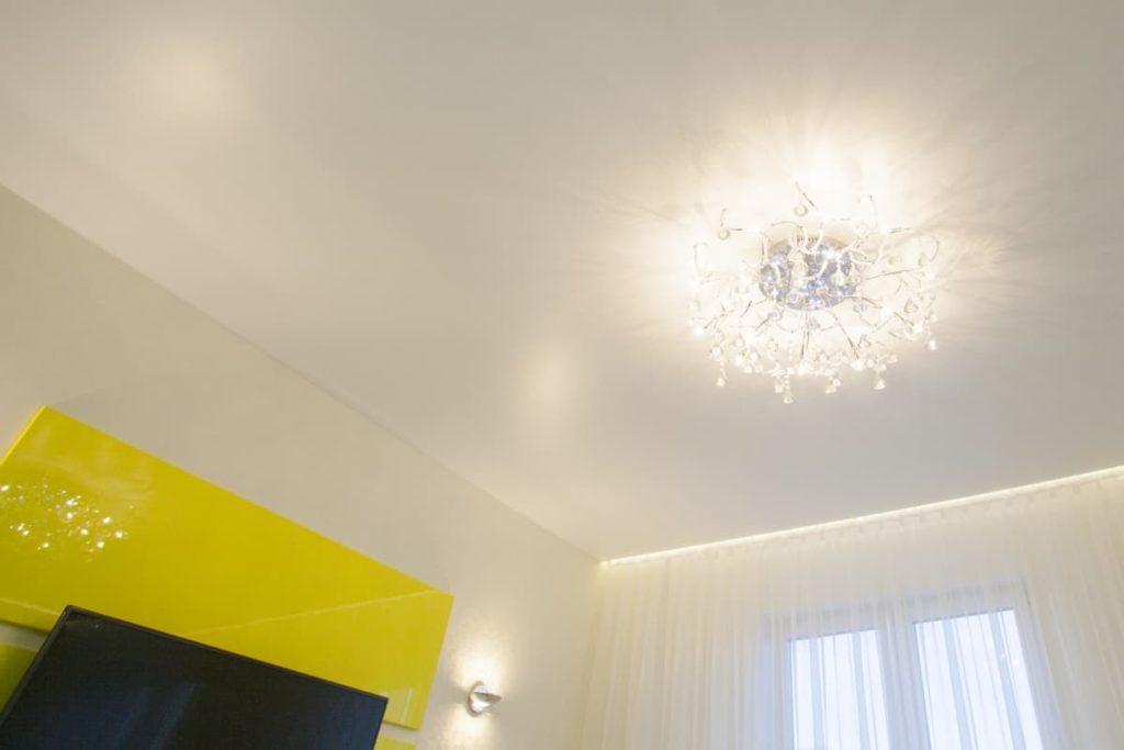 Сатиновый натяжной потолок белый