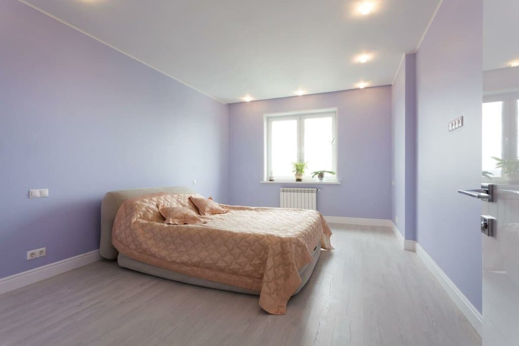 Сатиновый натяжной потолок комната