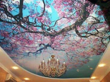 натяжной потолок с рисунком дерева