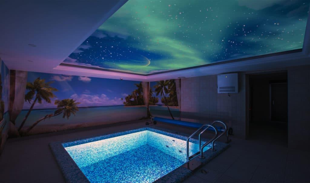 Натяжной потолок бассейн