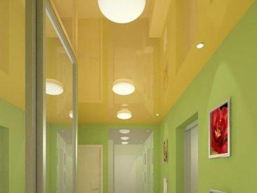 натяжные потолки в коридоре с светом