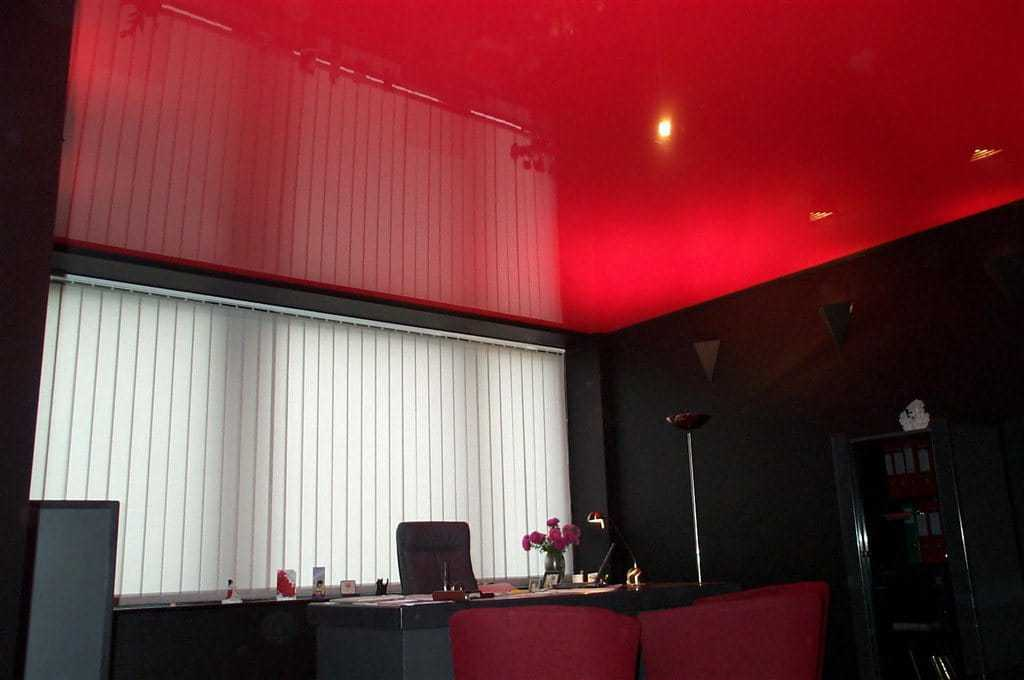 красный потолок кухня