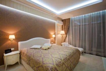 натяжной-потолок-в-спальню