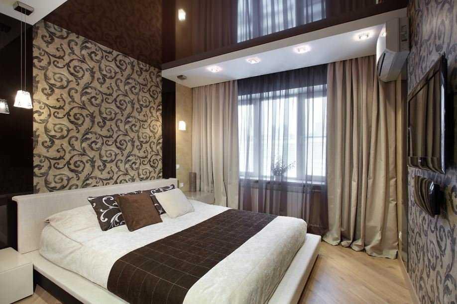 натяжной-потолок-в-спальню коричневый