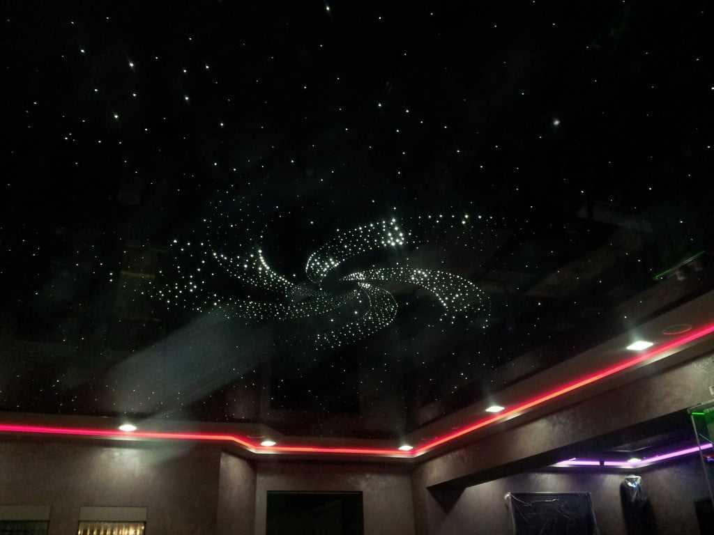 чёрный натяжной потолок звёздное небо